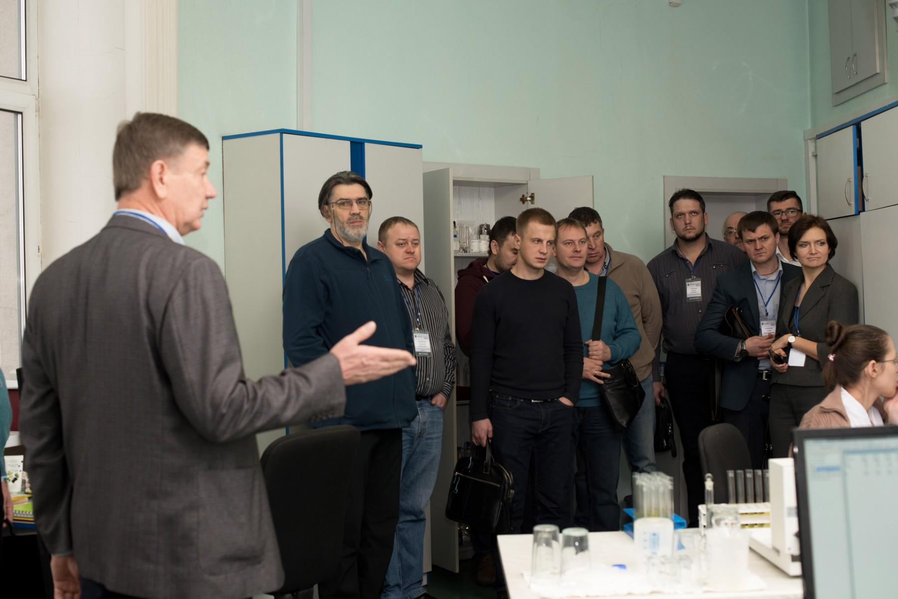 Войлошников Григорий Иванович демонстрирует лабораторию